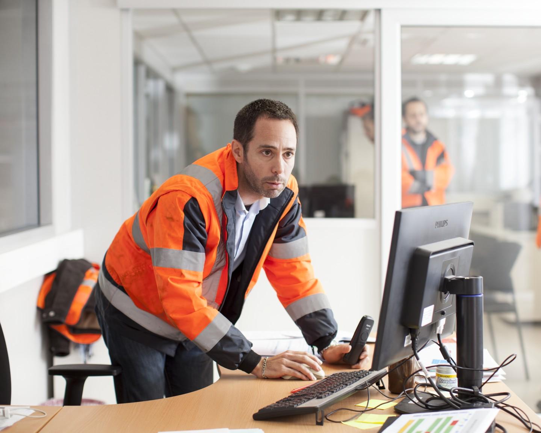Chez SNCF, nous favorisons la mobilité interne. Un programme dédié permet notamment d'accompagner les collaborateurs qui souhaitent changer de voie en étant formés à l'un de nos 150 métiers et au sein des 5 sociétés SNCF.