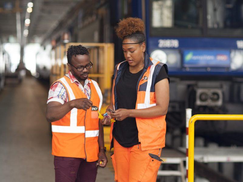 Un technicien supérieur méthode définit les meilleurs process de maintenance des trains.